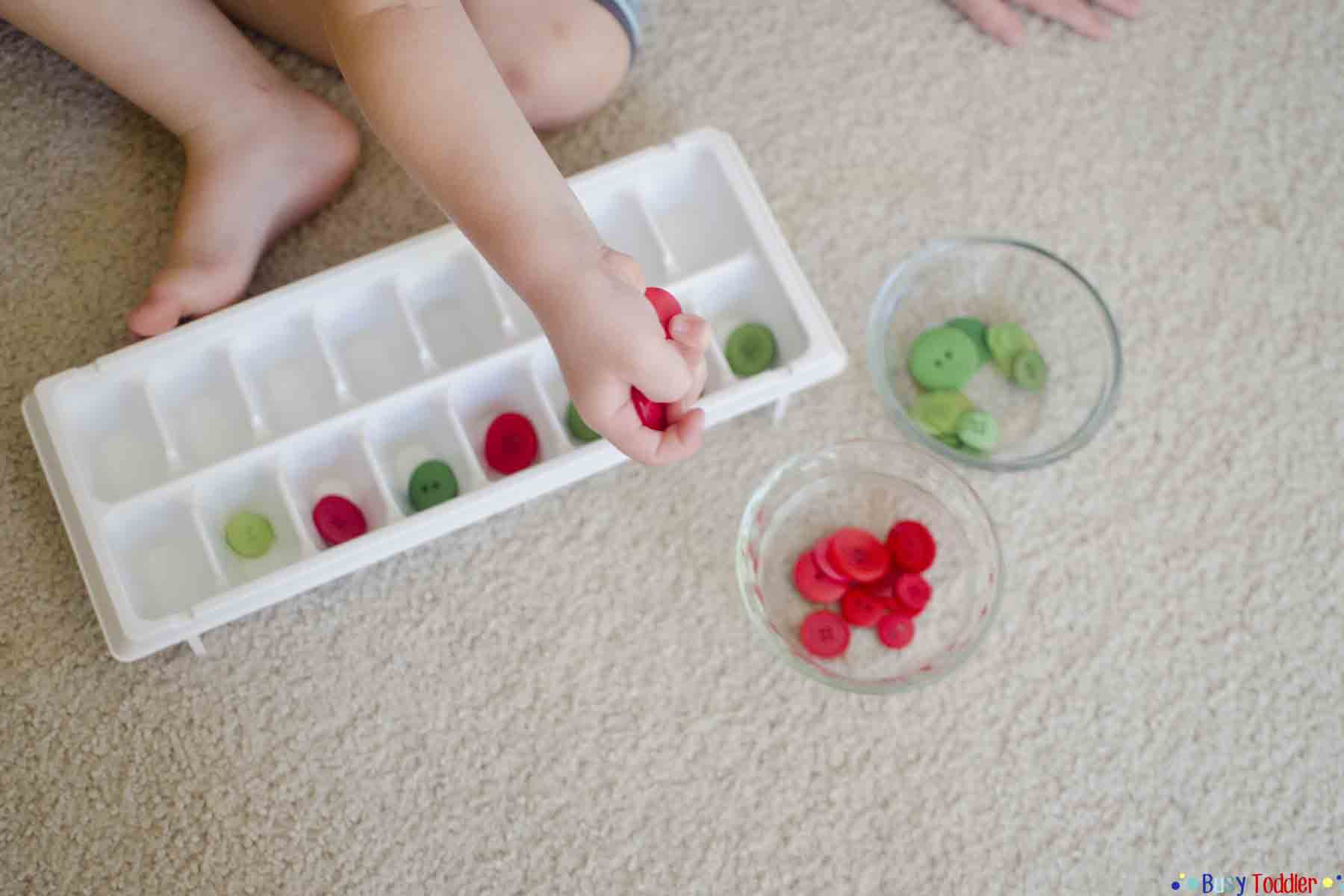 /INTRODUCING PATTERNS: Exposing toddlers and preschoolers to patterning in this simple indoor activity using buttons.