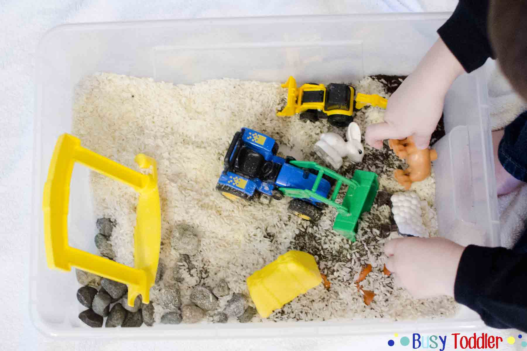 FARM SENSORY PLAY: A simple small world activity that's easy to set up