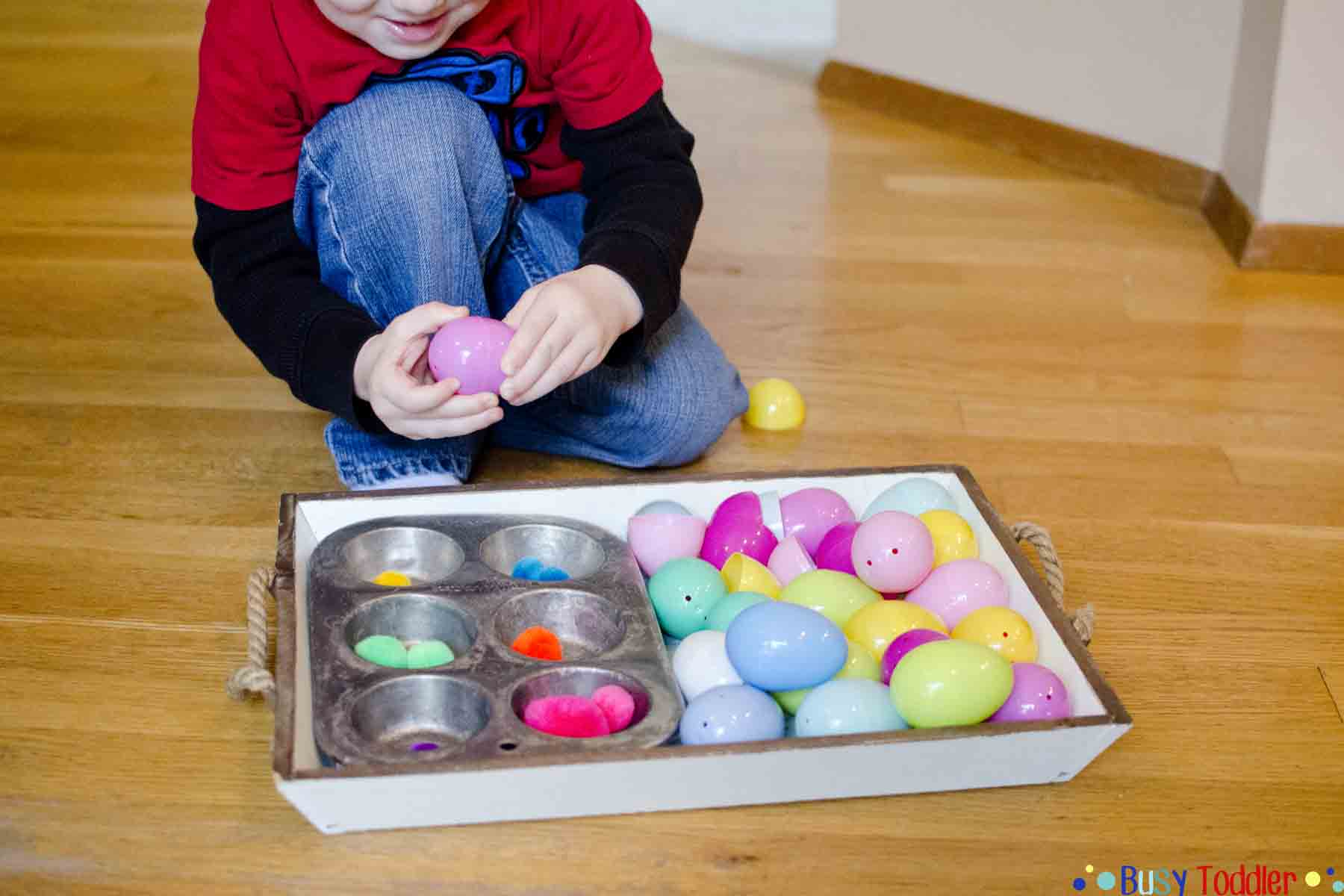 Easter Egg Color Sorting: A pom pom sorting activity that's perfect for Spring. Toddlers and preschoolers will love this fun indoor sorting activity.