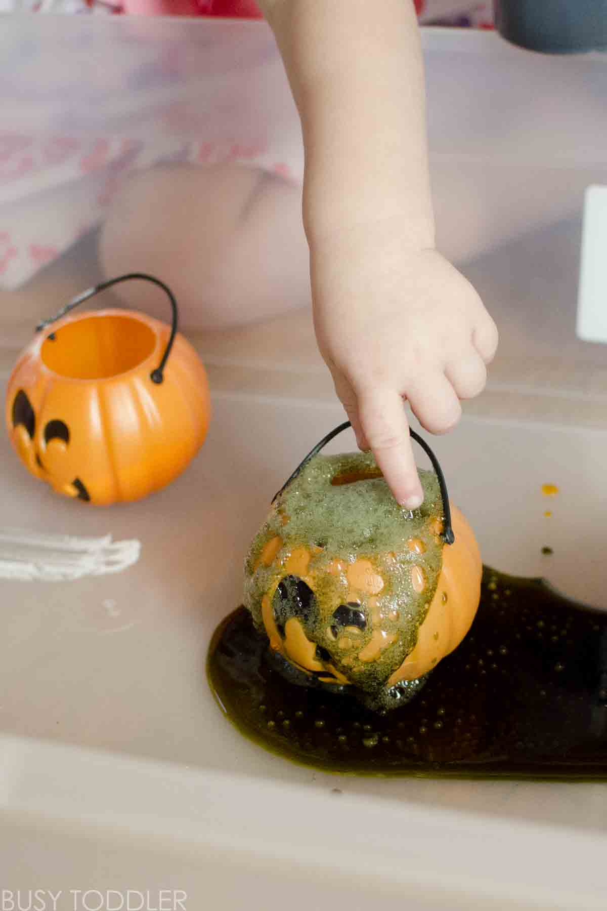 What a fun Halloween science experiment for toddlers! A quick and easy toddler science activity. A quick and easy Halloween activity for toddlers and preschoolers.