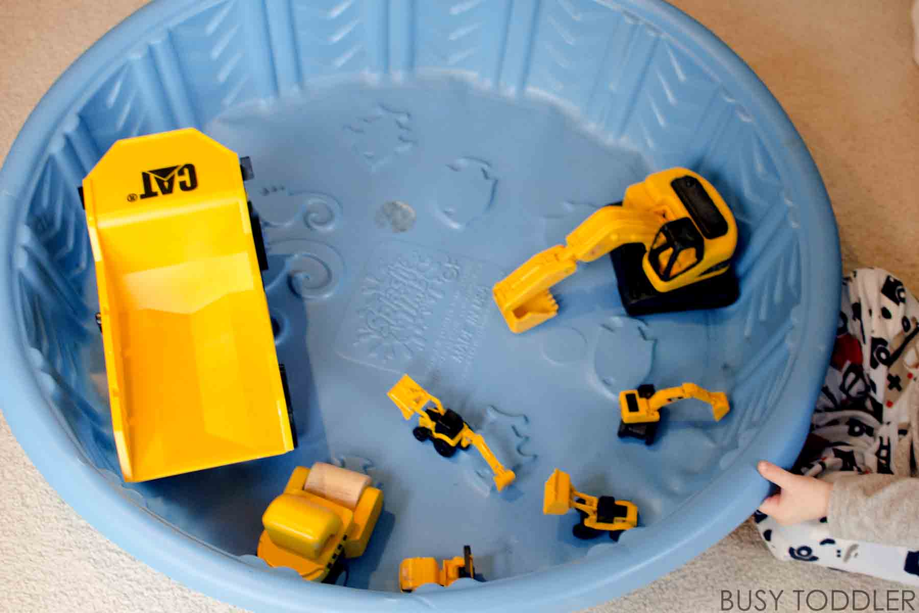 CONSTRUCTION SITE SENSORY BIN:  A quick and easy toddler activity; fun toddler sensory bin; free toddler activity; indoor activity for toddlers and preschoolers