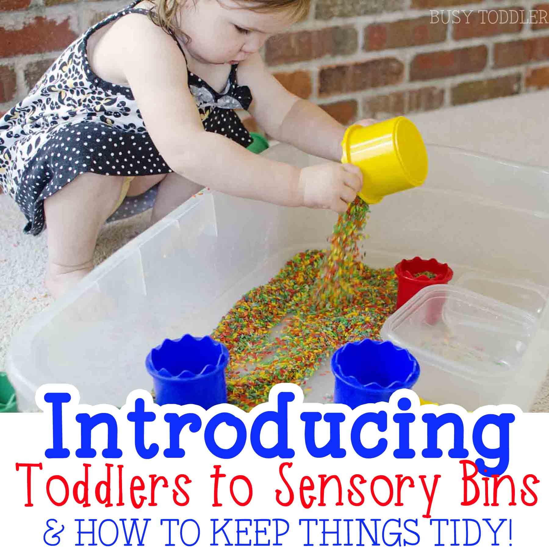 PRÉSENTATION DES BACS SENSORIELS AUX JEUNES ENFANTS: Vous êtes-vous déjà demandé par où commencer avec les bacs sensoriels? Cet article contient de nombreux conseils utiles pour apprendre aux tout-petits à jouer avec les bacs sensoriels.