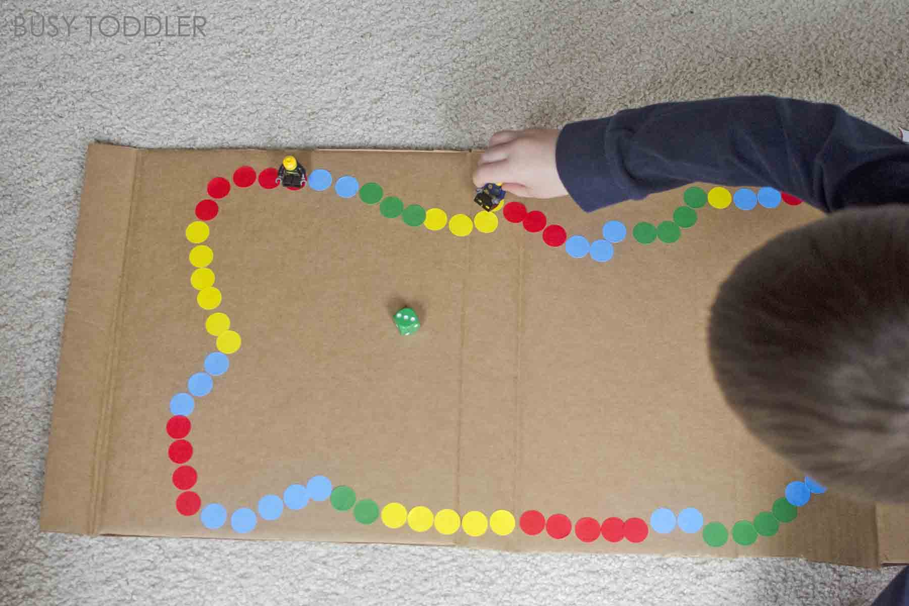 DIY BOARD GAME - make your own board game! An easy toddler and preschool activity! Preschoolers will love this fun math activity that's perfect for a rainy day. Toddler math activity, preschool math activity. Busy Toddler.