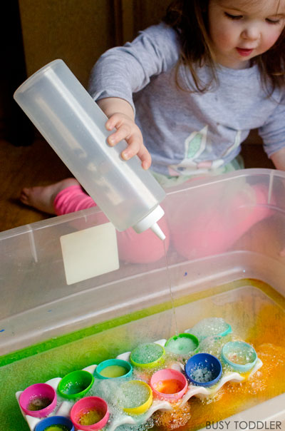 EASTER SCIENCE ACTIVITY: Such and quick and easy science activity that toddlers and preschoolers will love. A simple indoor activity that's perfect for rainy days. Busy Toddler.