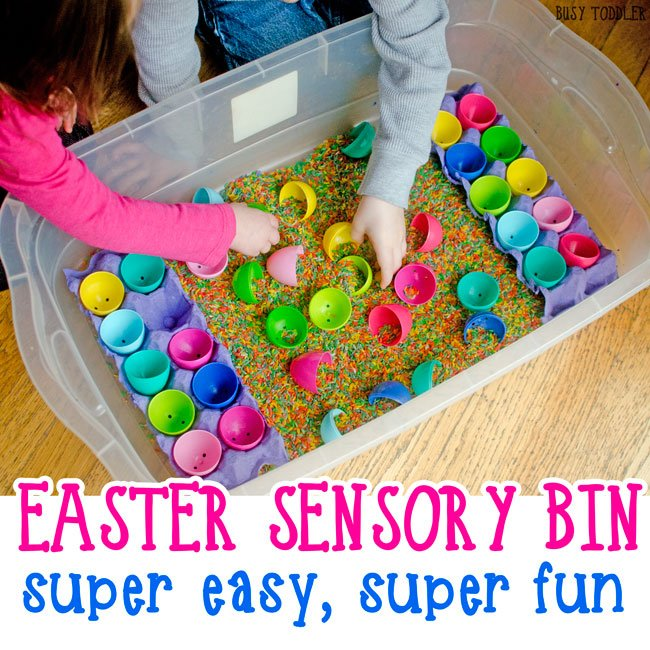 EASTER SENSORY BIN: This is such an easy indoor activity for toddlers! They will love this easy Easter activity that takes just seconds to set up!