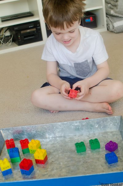 EASY COUNTING ACTIVITY: What an easy math activity for preschoolers! Preschoolers will love this simple counting activity that's perfect for rainy days. A play-based way to practice numbers and counting from Busy Toddler.