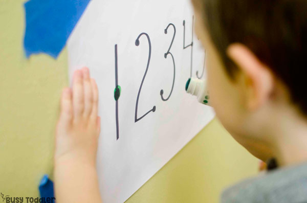 AN EASY COUNTING ACTIVITY FOR PRESCHOOLERS: Preschoolers will love this easy math activity where they touch and count numbers 1-10. An easy indoor math activity. A fun and easy way to play from Busy Toddler.