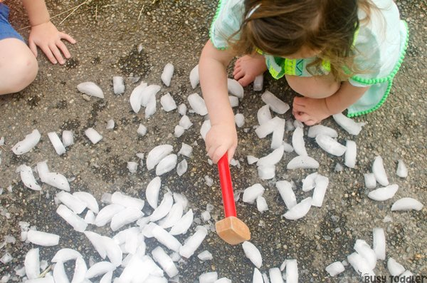 ICE SMASH: An easy summer activity that's quick to set up! Kids love this fun ice activity; playing with ice cubes; smashing ice cubes; easy toddler activity; easy outdoor activity for kids from Busy Toddler