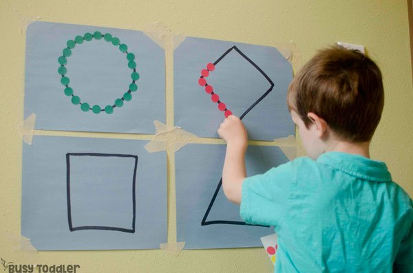 STICKER SHAPES: A quick and easy fine motor skills activity that toddlers will love! This easy small motors activity is perfect for toddlers; a quick and easy preschool math activity; shapes activity; easy indoor activity from Busy Toddler