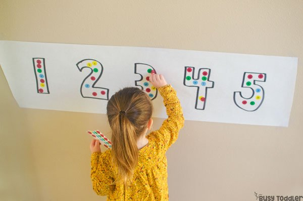 STICKER NUMBER MATCH: What an easy toddler activity! A quick and easy math activity; an easy fine motor skills activity; a math activity for preschoolers; a preschool math activity from Busy Toddler