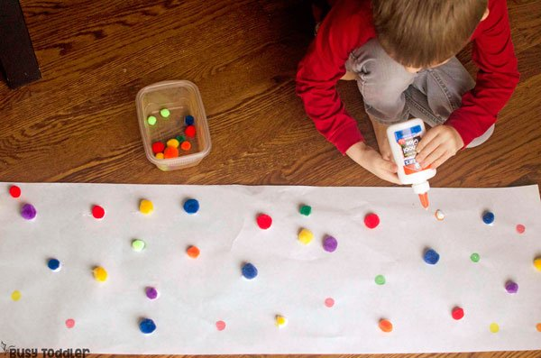 PRESCHOOLER FINE MOTOR ACTIVITY: This match and glue activity is AWESOME! Kids will love this pom pom activity that's so quick and easy to set up; an easy gluing activity for preschoolers from Busy Toddler