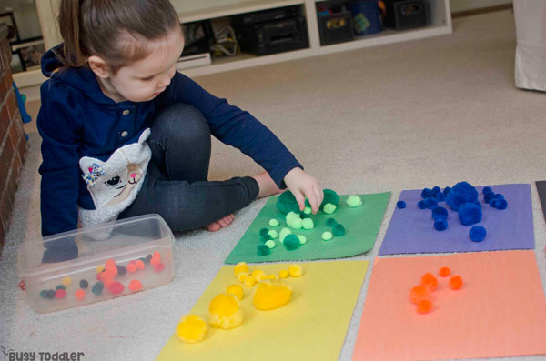 POM POM COLOR SORT: Check out this easy indoor activity that toddlers will love! A quick and easy toddler activity; color learning activity; color sorting activity; pom pom activity from Busy Toddler