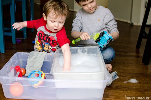 TOY WASHING STATION: What a quick and easy sensory bin! A great indoor activity; a great outdoor activity; quick and easy summer activity for kids; taby activity; preschool activity; toddler activity from Busy Toddler