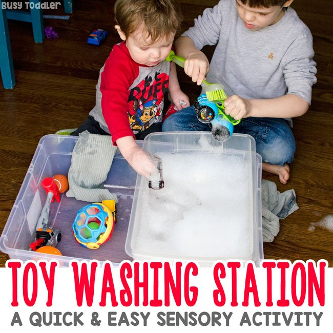 TOY WASHING STATION: What a quick and easy sensory bin! A great indoor activity; a great oudoor activity; quick and easy summer activity for kids; taby activity; preschool activity; toddler activity from Busy Toddler
