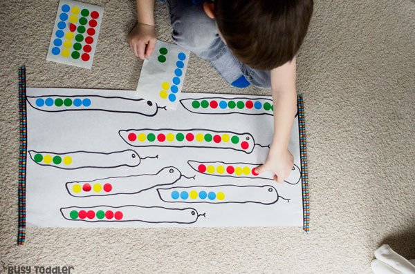 PRESCHOOL PATTERNS: Working on patterns with your preschooler? Check out this quick and easy preschool math activity; dot stickers activity; easy indoor activity from Busy Toddler