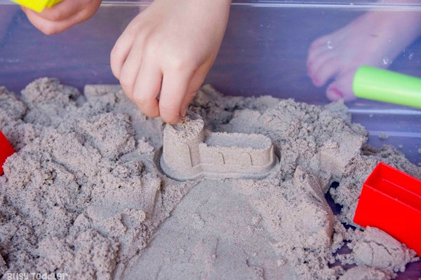 WHAT IS KINETIC SENSORY SAND? The coolest sensory base - this is a must try! An easy indoor activity; a fun sensory activity for toddler; preschool sensory bin; easy kids activity; quick and easy toddler activities; preschool fun from Busy Toddler