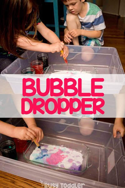 BUBBLE DROPPERS SCIENCE EXPERIMENT: Need a simple science activity for toddlers? Check out this science activity for preschoolers; preschool science experiment; toddler science experiment; medicine droppers; baking soda and vinegar; easy indoor activity from Busy Toddler