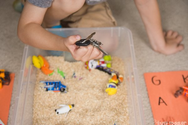 SOUND MATCHING BIN: Is your little working on their phonemic awareness? This is a great way to practice initial sounds in works; practice sound matching; preschool reading activity; kindergarten reading activity; easy learning activity from Busy Toddler