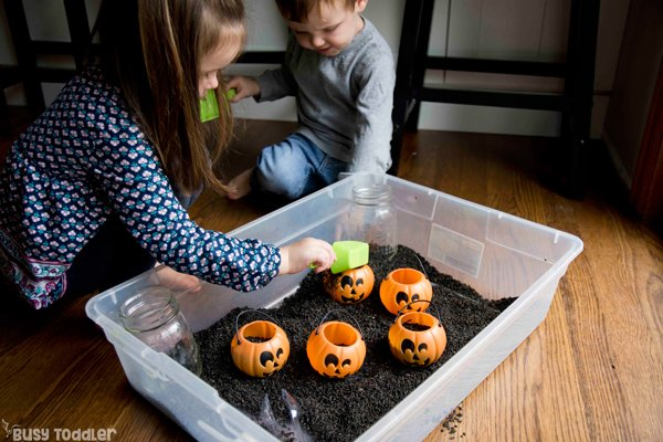 BLACK RICE SENSORY BIN: Have you made a Halloween sensory bin yet? Halloween activity; Halloween toddler activity; Halloween preschool activity; indoor activity; sensory bin activity from Busy Toddler