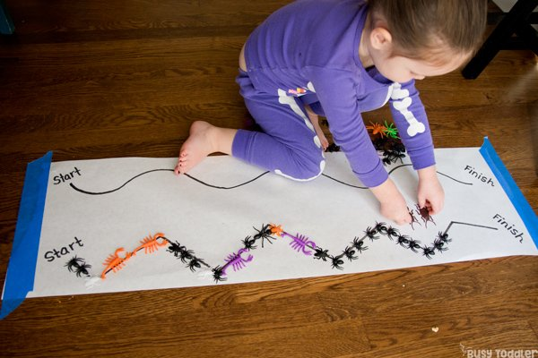 HALLOWEEN PARADE: Need a quick and easy Halloween activity? Make a Halloween Parade! It's a fun line-up activity for toddlers and preschools. Indoor Halloween activity; easy Halloween activity; Halloween games from Busy Toddler