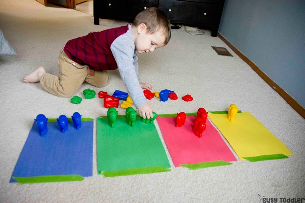 COLOR SORTING: A quick and easy toddler activity; introduce sorting to toddlers; toddler sorting activity; indoor toddler activity; rainy day activity; breakfast invitation activity; learn to sort activity from Busy Toddler