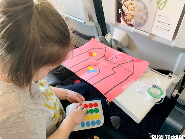 AIRPLANE ACTIVITIES FOR TODDLERS: Looking for amazing activities for toddlers on an airplane? Check out this awesome list! Easy travel activities; traveling with toddlers; airplane projects; keeping kids busy on an airplane with busy toddler
