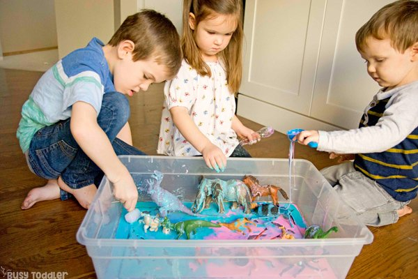 OOBLECK PARTY: Ready to have some messy fun; messy sensory activity; sensory play for kids; kids sensory activity; sensory; oobleck; preschool activity; indoor activity from Busy Toddler