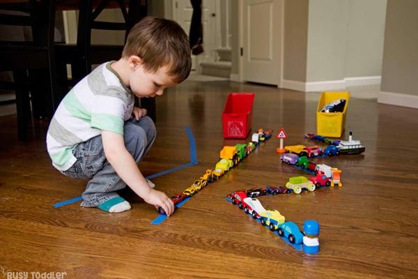 DESFILE DE COCHES: Realiza una actividad rápida y fácil para los niños pequeños preparando un desfile de tarjetas; una gran actividad interior para un día lluvioso; actividad temática de transporte; juego divertido para niños pequeños de Busy Toddler