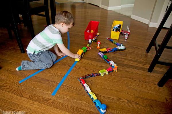 DESFILE DE AUTOMÓVILES: Haga una actividad rápida y fácil para los niños pequeños preparando un desfile de tarjetas; una gran actividad interior para un día lluvioso; actividad temática de transporte; juego divertido para niños pequeños de Busy Toddler