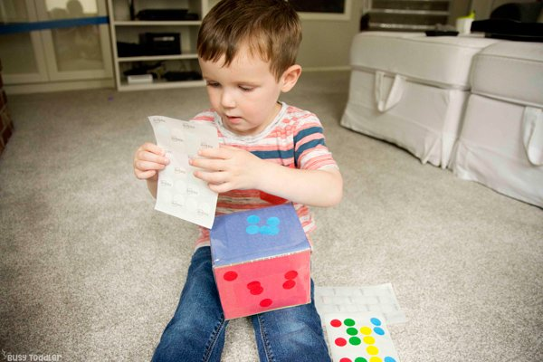 COLOR SORTING CUBE: Check out this awesome color learning activity; teaching toddlers colors; sorting by color; dot sticker activity; easy indoor activity from Busy Toddler
