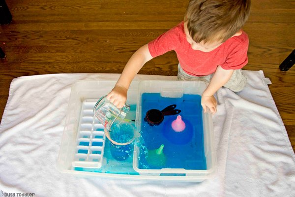 WHAT CAN YOU LEARN FROM POURING WATER? Here are 5 life skills for toddlers can learn from pouring water in a sensory bin activity by Busy Toddler