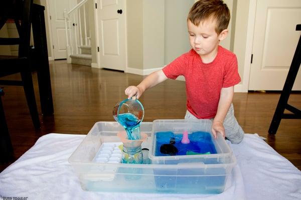 ¿QUÉ PUEDES APRENDER DE VERTIR AGUA? Aquí hay 5 habilidades para la vida para que los niños pequeños puedan aprender al verter agua en una actividad sensorial en un recipiente ocupado por Busy Toddler