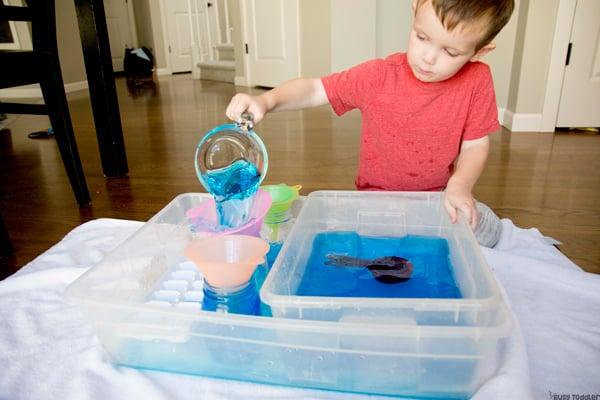 ¿QUÉ PUEDES APRENDER DE VERTIR AGUA? Aquí hay 5 habilidades para la vida para que los niños pequeños aprendan al verter agua en una actividad sensorial del recipiente de Busy Toddler