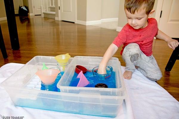 ¿QUÉ PUEDES APRENDER DE VERTIR AGUA? Aquí hay 5 habilidades para la vida que los niños pequeños pueden aprender al verter agua en una actividad sensorial en un recipiente ocupado por Busy Toddler
