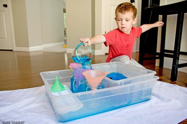 ¿QUÉ PUEDES APRENDER DE AGUARRAR AGUA? Aquí hay 5 habilidades para la vida para que los niños pequeños puedan aprender al verter agua en una actividad sensorial en un recipiente ocupado por Busy Toddler