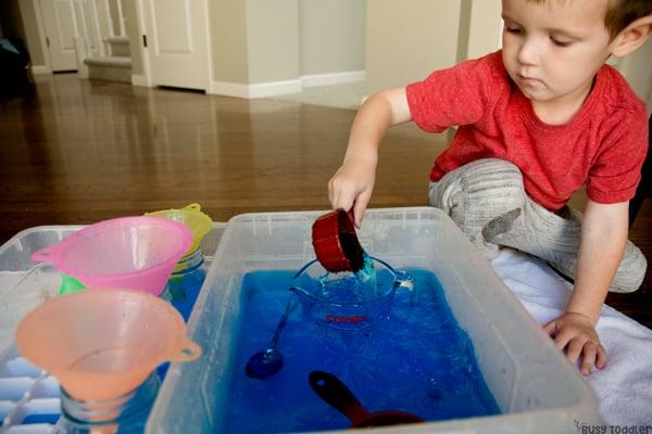 ¿QUÉ PUEDES APRENDER DE VERTIR AGUA? Aquí hay 5 habilidades para la vida para que los niños pequeños puedan aprender al verter agua en una actividad sensorial del recipiente de Busy Toddler
