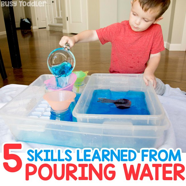 ¿QUÉ PUEDES APRENDER DE VERTIR AGUA? Aquí hay 5 habilidades para la vida para que los niños pequeños aprendan al verter agua en una actividad sensorial del recipiente por Busy Toddler