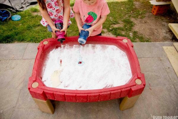 TABLA DE CIENCIAS: Un escuincle en momento preescolar y un escuincle pequeño juegan una actividad científica rápida y tratable en su mesa de arena usando bicarbonato de sodio y vinagre para una actividad de cuestionario irrefutable realizada fuera de Busy Toddler [19659005] ¿Qué es una mesa de ciencia? </strong></h2> <p> Esa es solo mi forma elegante de asegurar: hicimos ciencia en nuestra mesa de arena. </p> <p> Me encanta nuestra mesa de arena, no me malinterpreten, pero rara vez la usamos para arena. </p> <p> <span class=