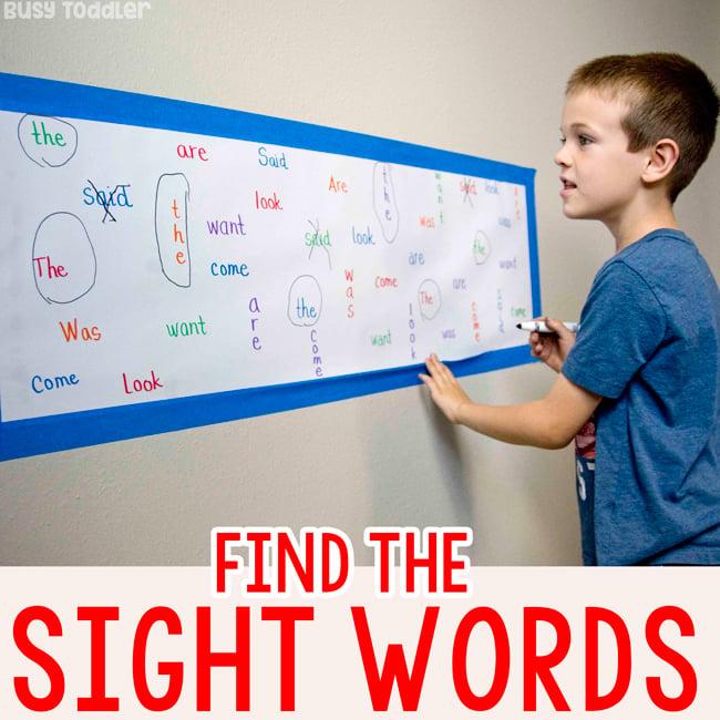 Niños de kindergarten que trabajan en una actividad de palabras a la vista para ayudar a memorizar palabras difíciles en una actividad simple de Busy Toddler