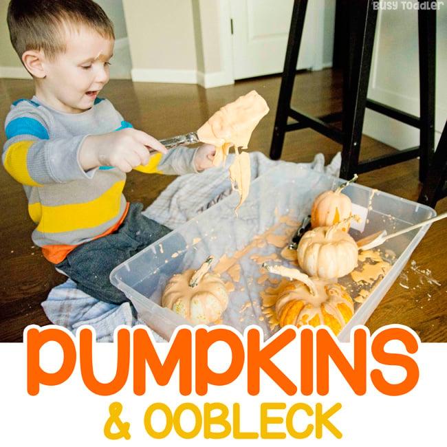 Niño jugando con una divertida actividad de otoño Oobleck - juego sensorial con calabazas de Busy Toddler