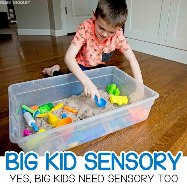 GRANDES CUADROS SENSORIALES PARA NIÑOS: Una idea de actividad extracurricular para niños grandes. Pruebe un recipiente sensorial con niños de jardín de infantes, una actividad rápida y fácil para que los niños hagan después de la escuela. Una actividad sin pantalla para niños de Busy Toddler