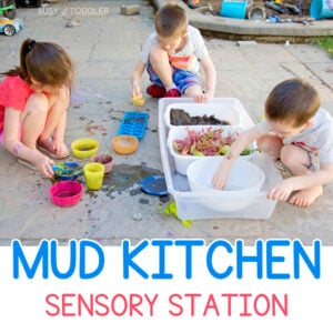 DIY MUD KITCHEN: Don't have space for fancy mud kitchen? Try making your own with this backyard sensory bin. It's a fantastic outdoor activity for kids of all ages from Busy Toddler