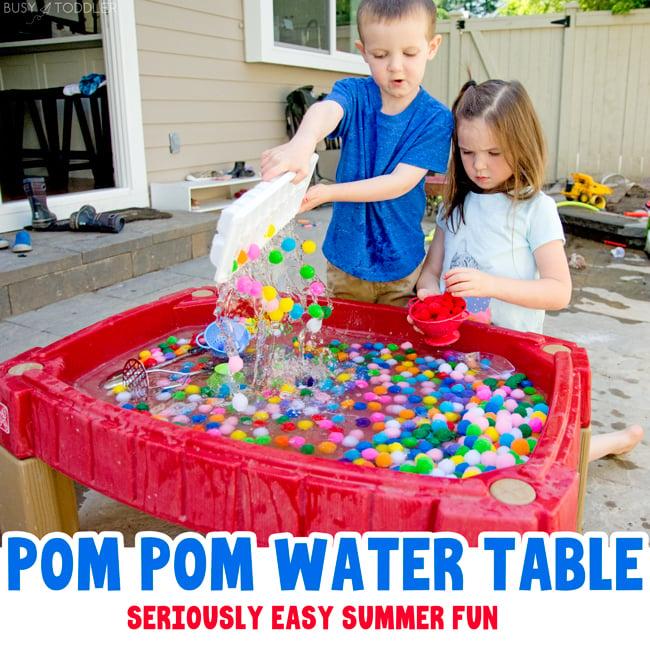 MESA DE AGUA POM POM: Una actividad al aire libre rápida y fácil para niños; una actividad sensorial veraniega con bolas de agua y pompones; actividad de pom pom ball de Busy Toddler