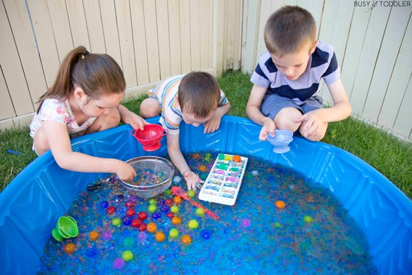 GIANT WATER BEAD SENSORY BIN: Check out all the fun you can have with giant water beads in a giant sensory bin from Busy Toddler